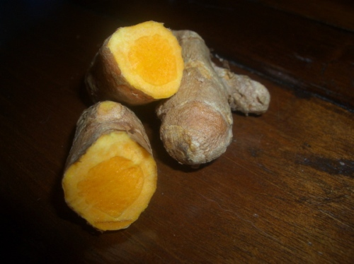 se vc nunca viu um açafrão da terra, ele parece com gengibre, mas a cor é laranja no interior