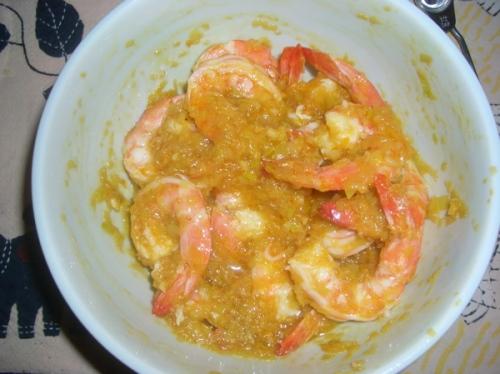 o camarão vai ficar assim absorvendo o sabor da chermoula