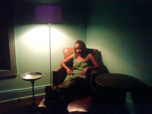 Claudia fazendo a blasée no Hotel Central