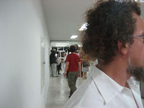 o corredor que liga a galeria com os escritórios