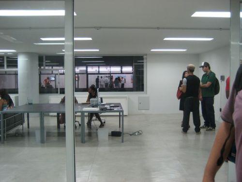 os escritórios e a galeria no fundo