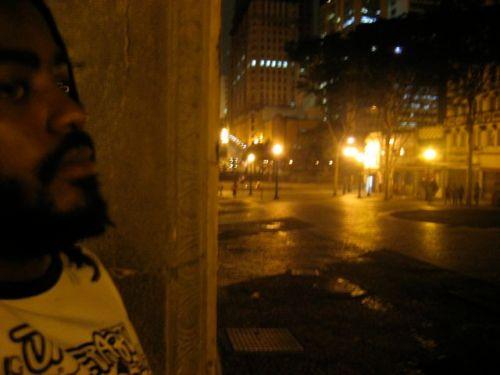 Kiluanji do lado de fora, no corredor da Av. São João