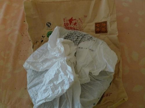 o chá vem embrulhado num papel de seda e por cima, ainda tem a embalagem num papel mais grosso com a impressão